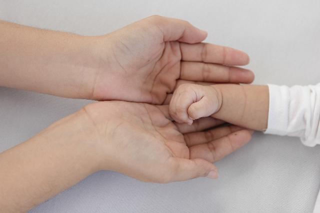 赤ちゃん 左利き